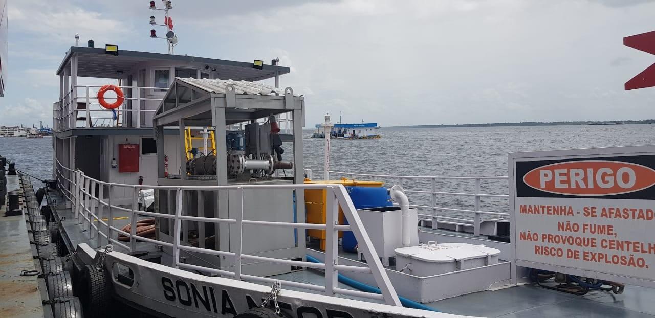 Embarcação com 100 mil litros de combustível ilegal é apreendida em orla de Manaus