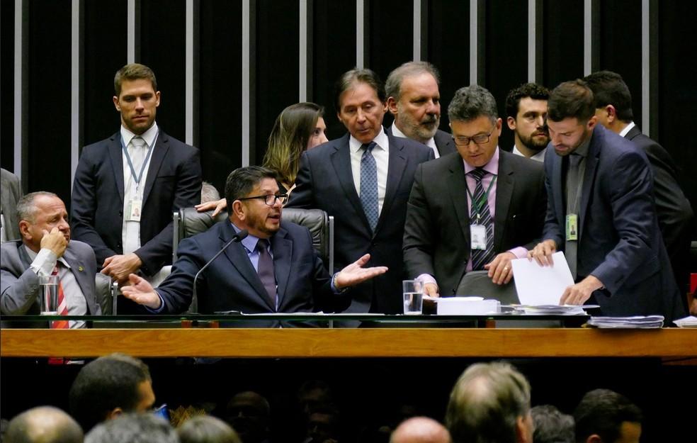 Momento em que Fábio Ramalho (centro) gesticula ao discutir com Eunício Oliveira (Foto: Reprodução/Flickr do Senado)