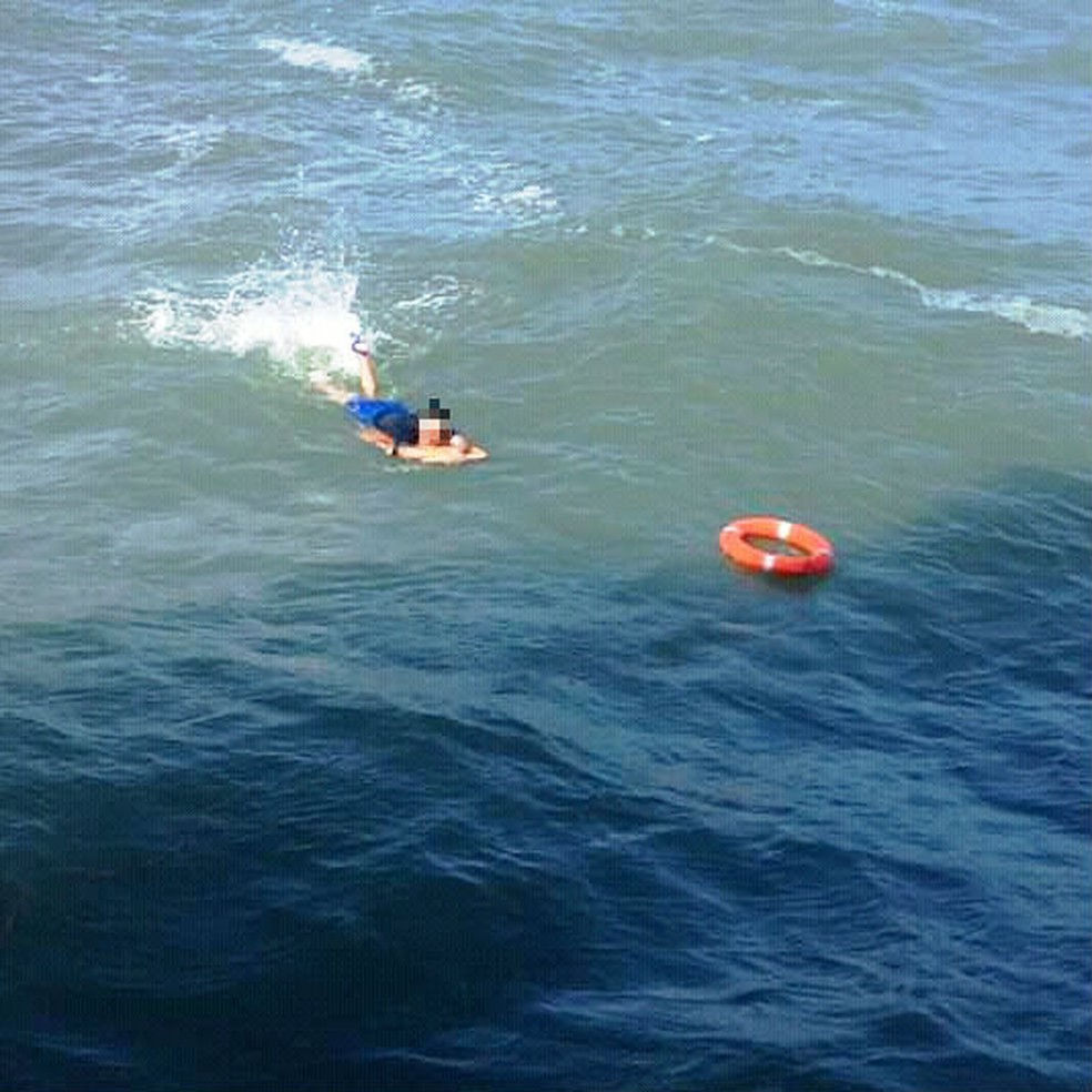 Tripulantes lançaram boia para socorrer surfista em mar aberto em Santos, SP — Foto: Divulgação/Corpo de Bombeiros