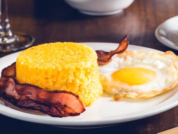 Almoço brasileiro: Cuscuz de milho com bacon e ovo caipira (Foto: Divulgação)
