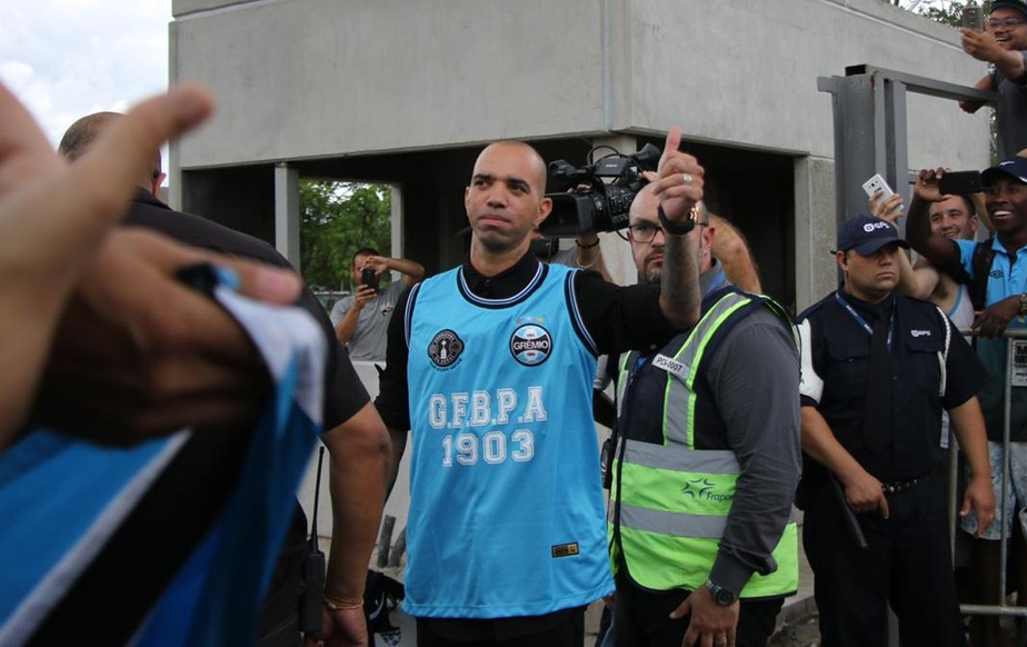 Novo reforço do Grêmio, Diego Tardelli chega a Porto Alegre com festa da torcida