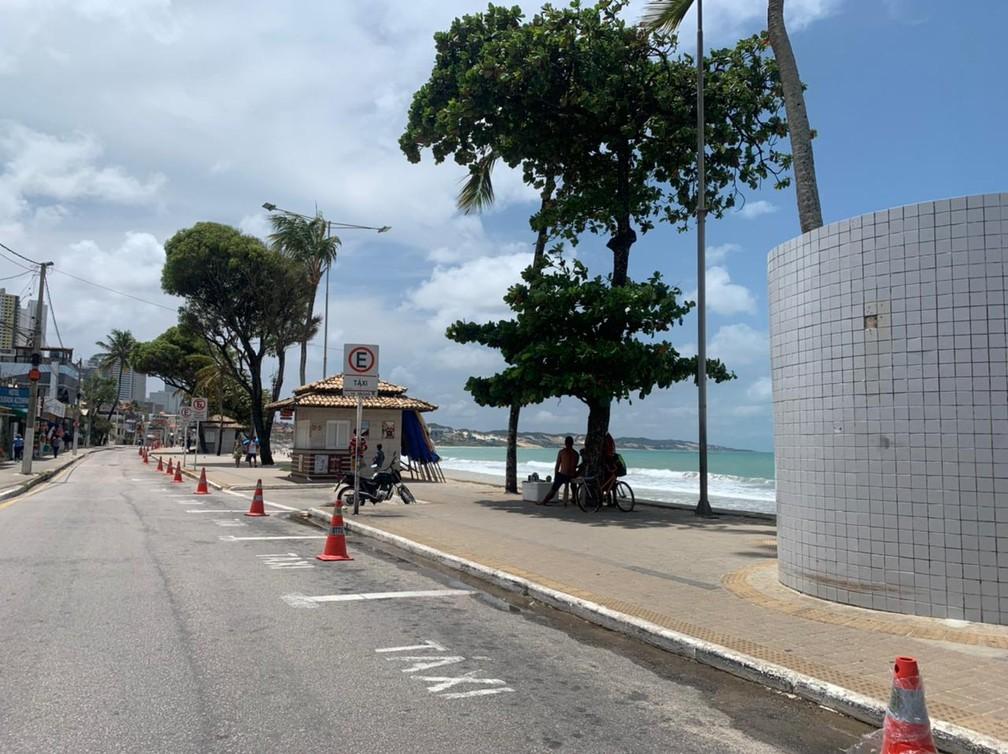 Vagas interditadas para estacionamento na orla de Ponta Negra, após prefeitura de Natal determinar fechamento das praias nos finais de semana. — Foto: Anna Alyne Cunha/Inter TV Cabugi