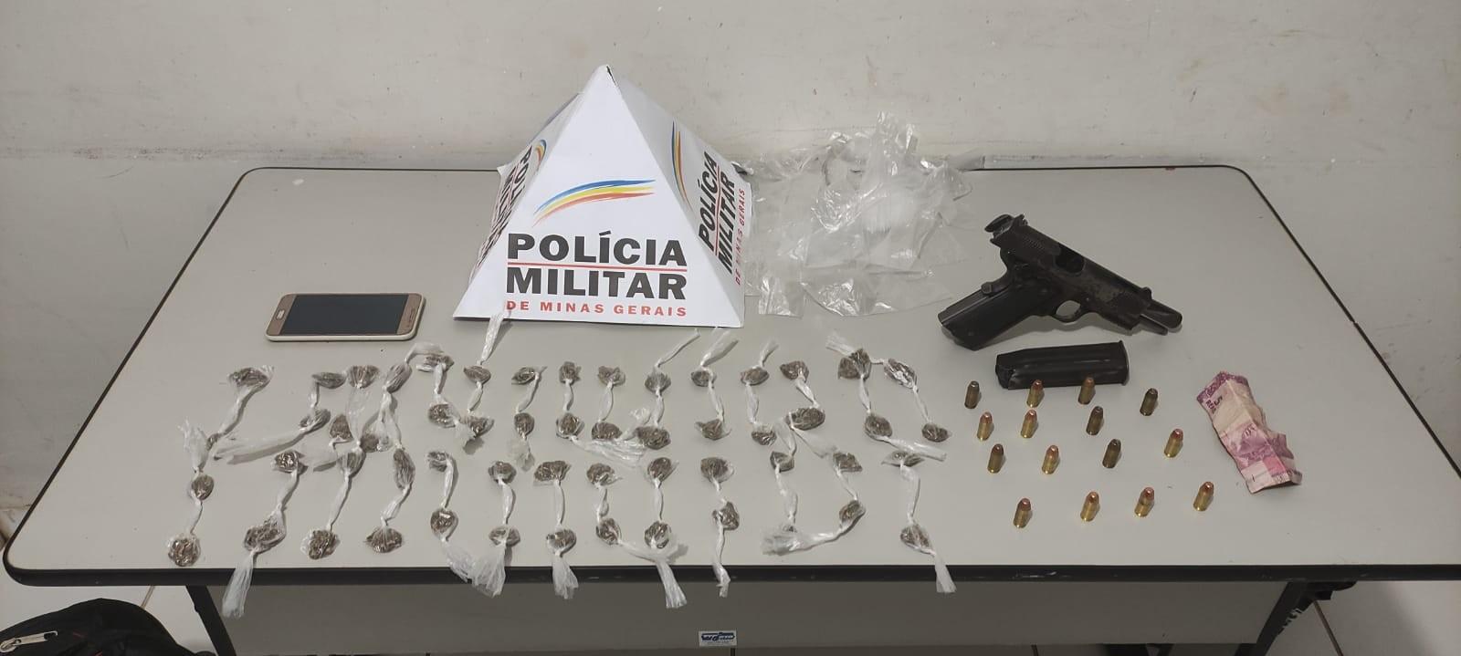 Homem é preso com buchas de maconha e pistola extraviada da PM em Januária