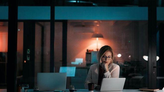 Passar muitas horas no trabalho reduz a produtividade, mostram estudos (Foto: Getty Images via BBC News Brasil)