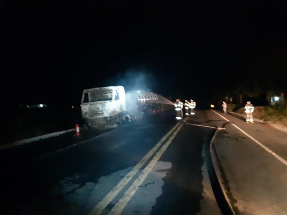 Após perceber o início das chamas, o motorista tentou apagar o fogo, mas, por conta das proporções, precisou da ajuda do Corpo de Bombeiros de Porto Seguro. — Foto: Radar 64
