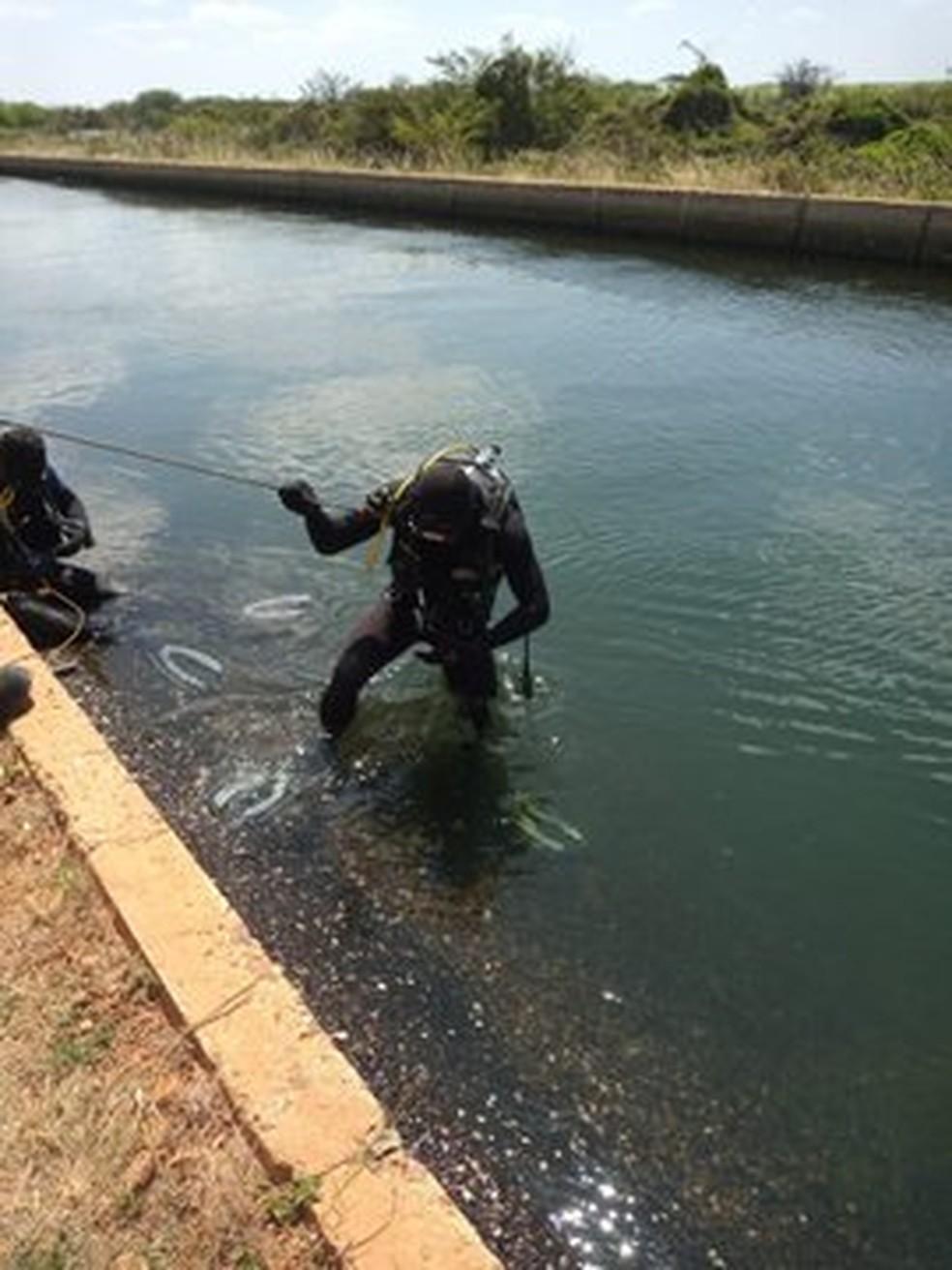 Duas pessoas são encontradas mortas dentro de carro que estava submerso em canal na Bahia — Foto: Divulgação / Corpo de Bombeiros