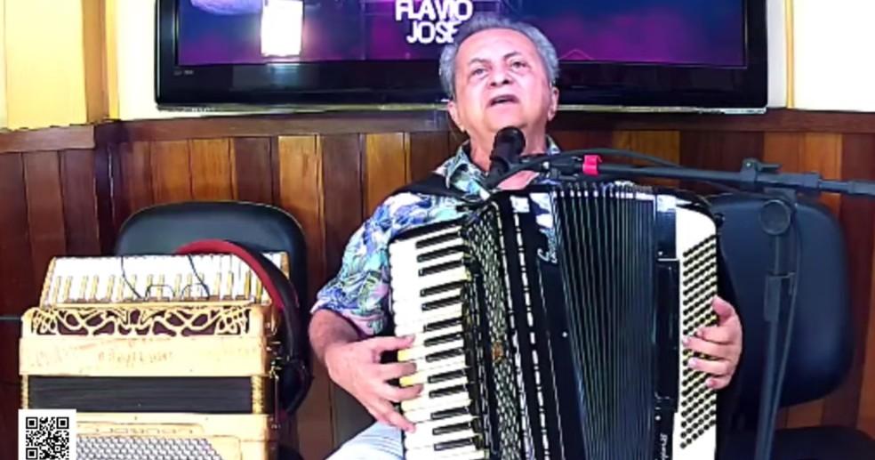 Longe dos palcos, Flávio José também fez lives. — Foto: Reprodução/Youtube