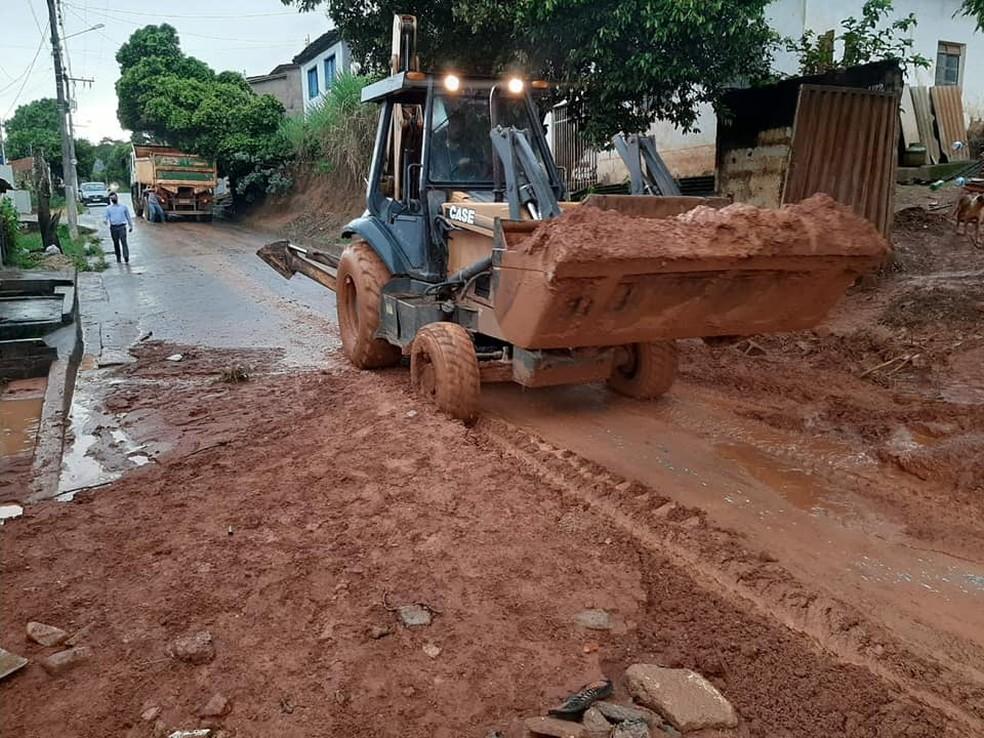 Trabalhos de limpeza de ruas foram iniciados ainda nesta quinta-feira — Foto: Defesa Civil/Divulgação