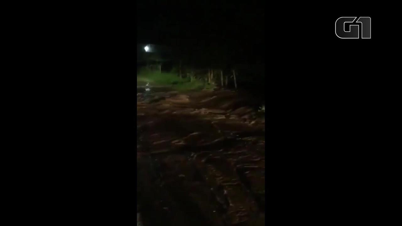 Represa particular de água rompe e provoca enxurrada em Betim, na Grande BH