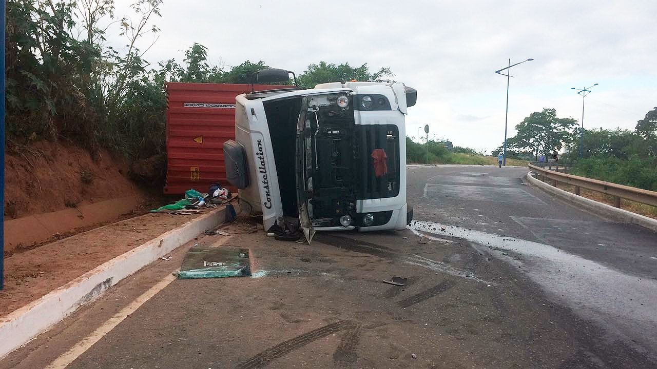 Um dia após acidente, carreta que tombou na Via Expressa continua no local