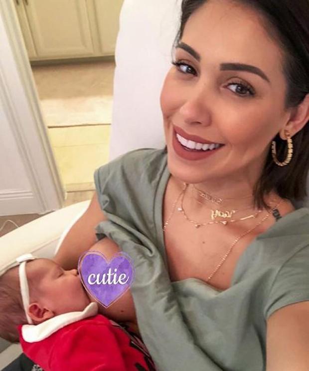 Bella Falconi amamentando a filha (Foto: Reprodução/Instagram)