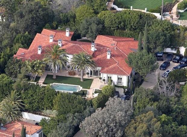 A casa com estilo de arquitetura das vilas italianas, fica em Beverly Hills (Foto: Splashnews/ Reprodução)
