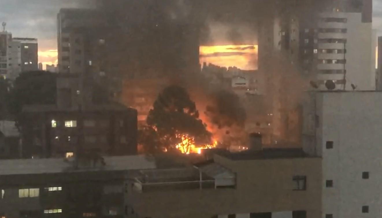 Incêndio destrói borracharia desativada e atinge outros imóveis, em Curitiba; VÍDEO