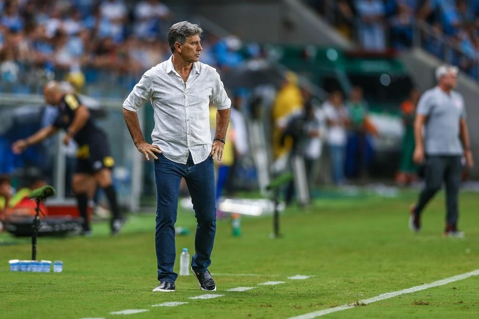 Renato Gaúcho foi para a casamata mesmo com virose — Foto: Lucas Uebel/Divulgação Grêmio