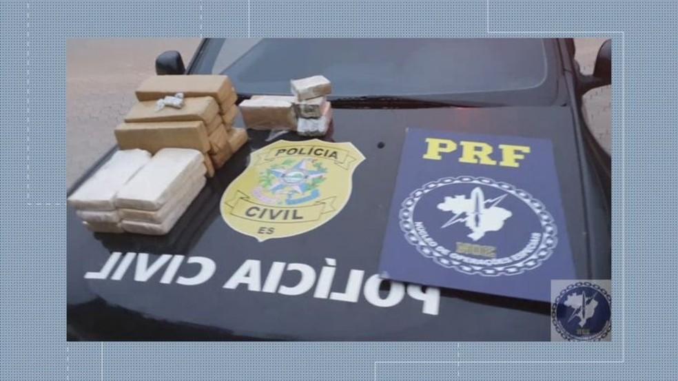 Drogas estavam dispostas em tabletes e escondidas no forro das portas e em compartimentos ocultos — Foto: Reprodução/TV Gazeta