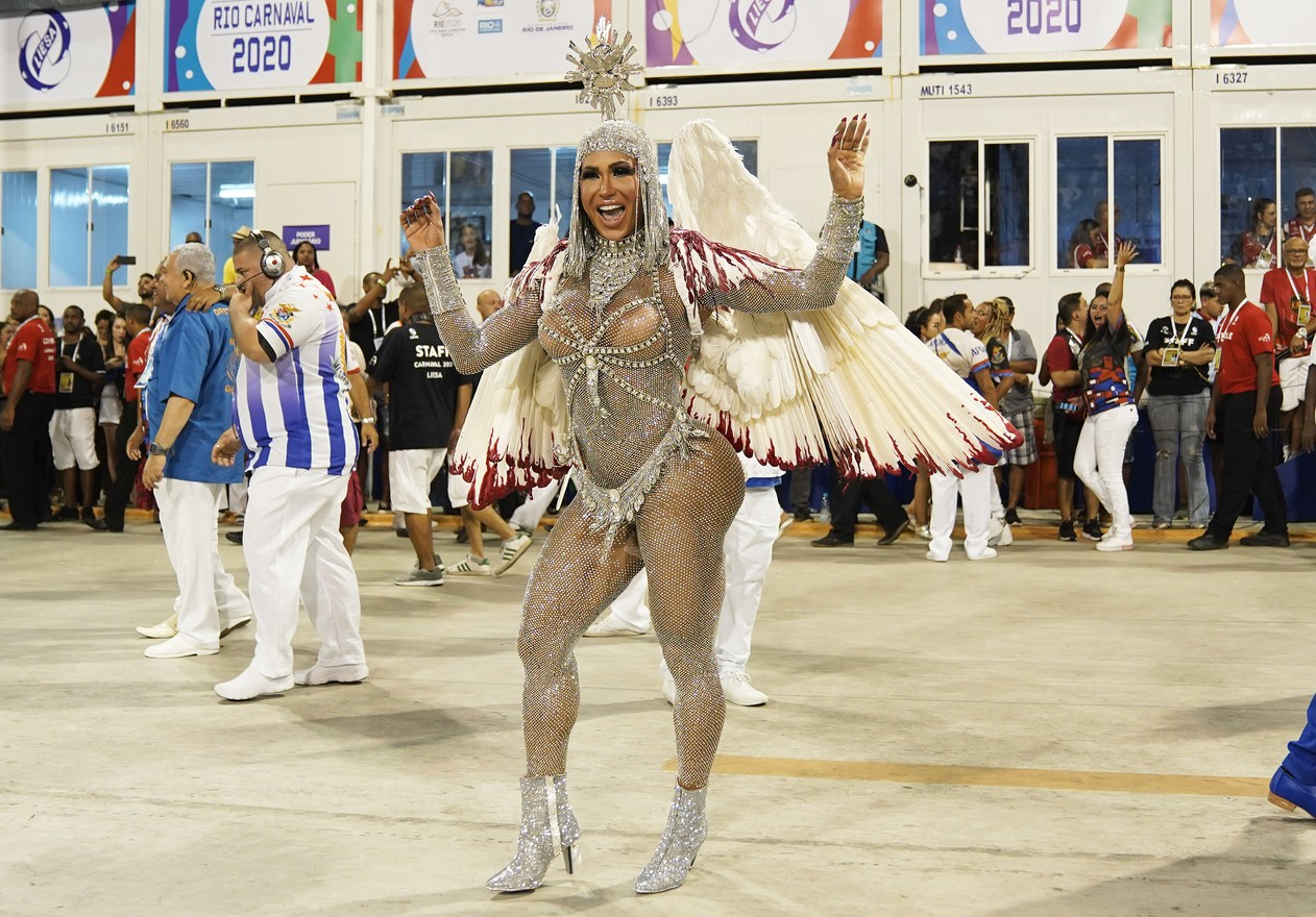 Gracyanne Barbosa samba no setor 1 da Marquês de Sapucaí — Foto: Marcos Serra Lima/G1