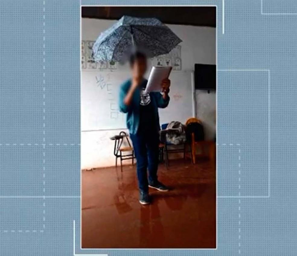 Estudante usa guarda-chuva dentro de sala de aula em escola da sul da Bahia — Foto: Reprodução/TV Santa Cruz