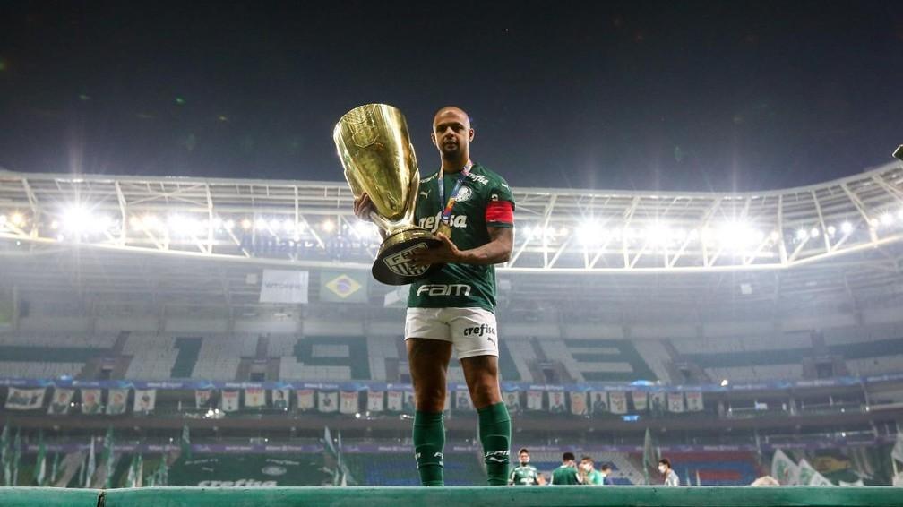 Felipe Melo, do Palmeiras, com a taça de campeão paulista — Foto: Fabio Menotti / Ag. Palmeiras