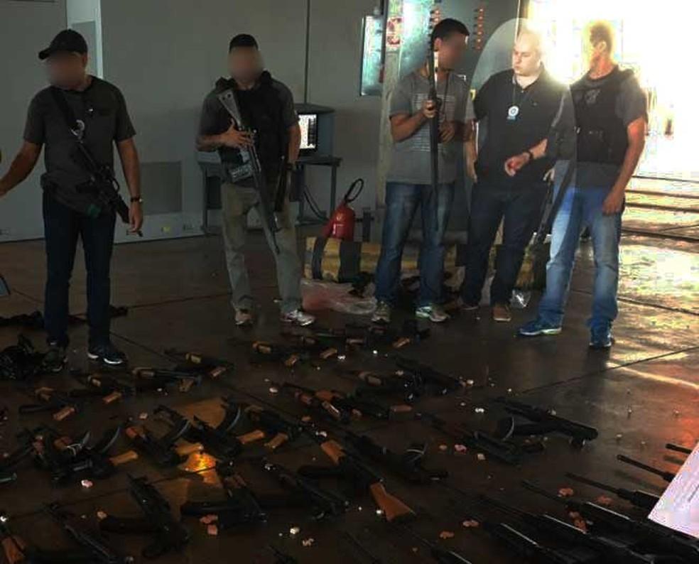 Frias participou da apreensão de fuzis no Galeão, em 2017 — Foto: Reprodução