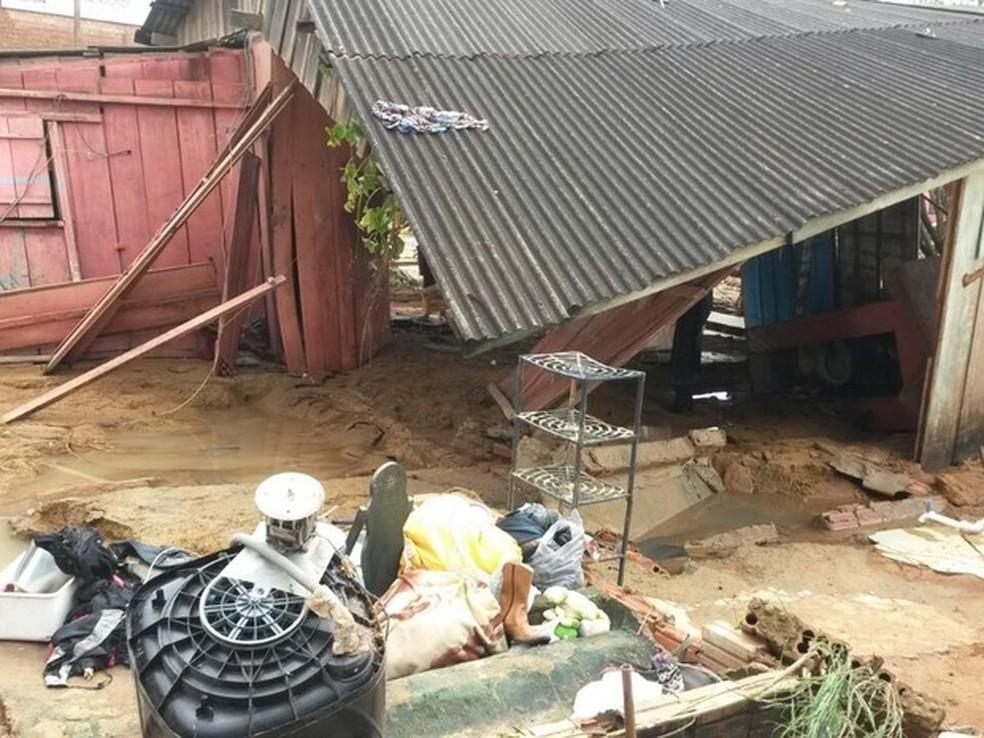 Chuva derrubou a residência e o lava jato de Reinaldo Mendes — Foto: Eliete Marques/G1