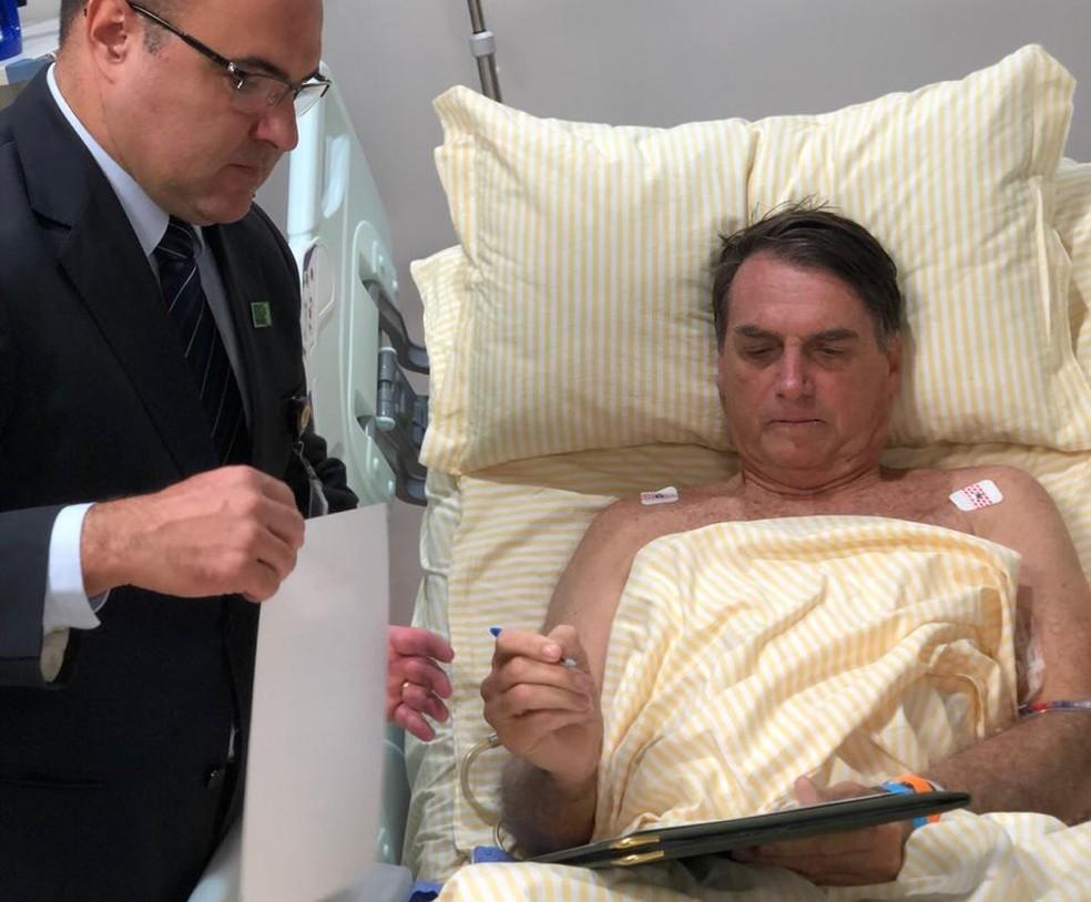 Bolsonaro despacha no hospital após cirurgia — Foto: Presidência da República