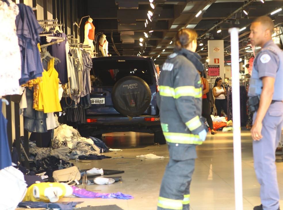 Carro invade loja Marisa e atinge duas pessoas, no Centro de Santos — Foto: Nirley Sena/A Tribuna Jornal