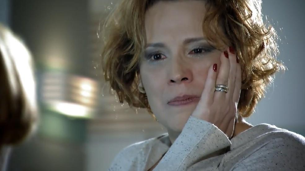 Eva (Ana Beatriz Nogueira) fala poucas e boas para Iná (Nicette Bruno) em 'A Vida da Gente' — Foto: Globo