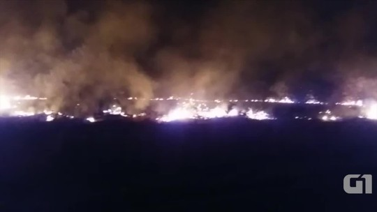 Integrantes do MST ateiam fogo em pneus e interditam rodovia durante protesto contra desocupação de fazenda