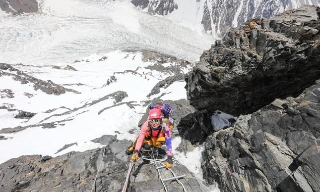 Karina Oliani escalando o K2