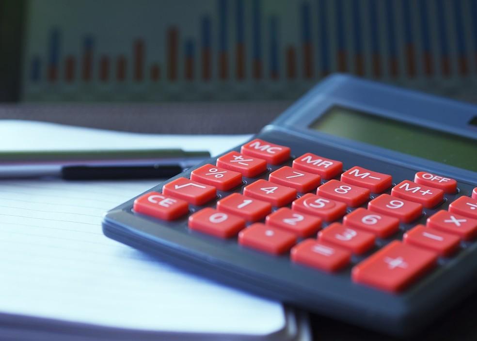 Calculadora sobre uma mesa — Foto: TV Globo / Reprodução