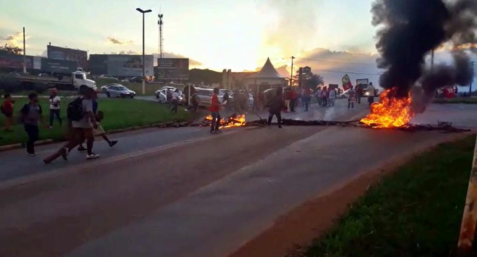 Manifestantes bloqueiam a BR-491, em Alfenas (Foto: Marcelo de Castro / EPTV)