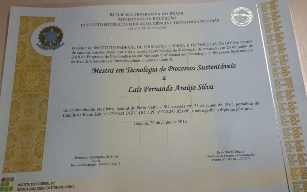 Diploma que confere à advogada Laís Fernanda Araújo Silva, morta em assalto em Goiânia, título póstumo de mestra em tecnologia de processos sustentáveis (Foto: Sílvio Túlio/G1)