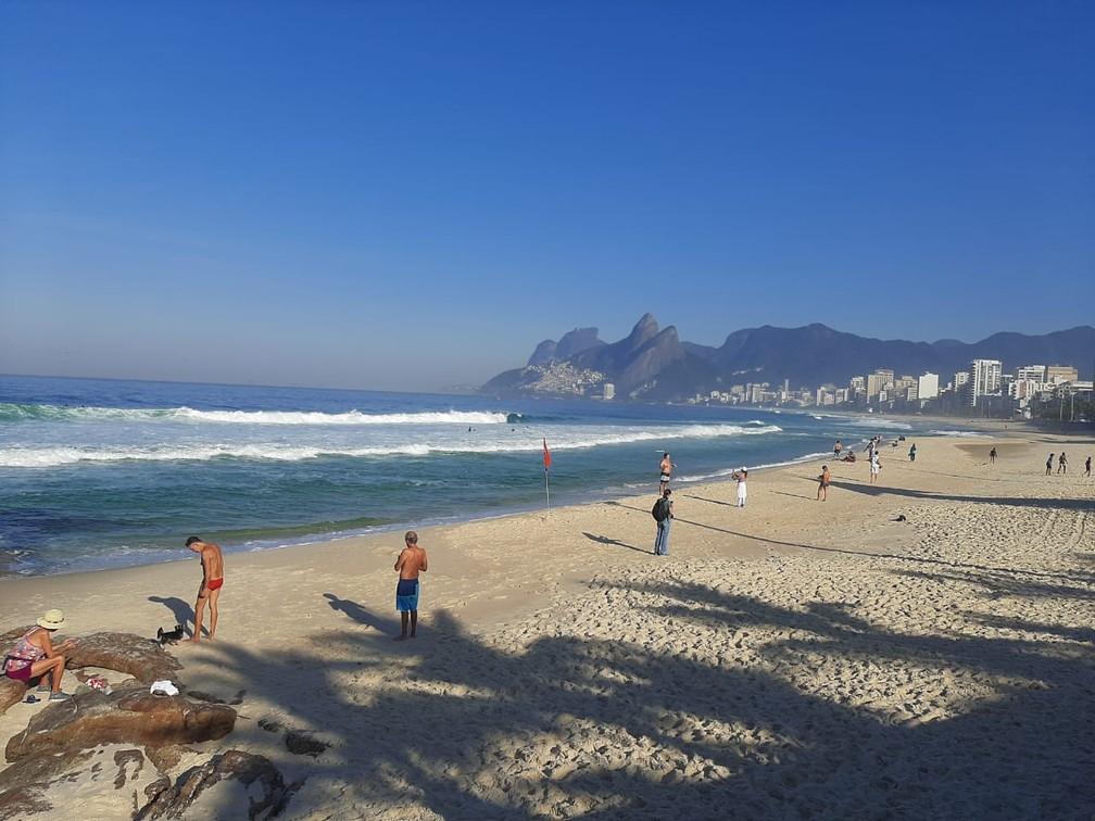 Cariocas na Praia do Arpoador — Foto: Daniel Silveira/G1