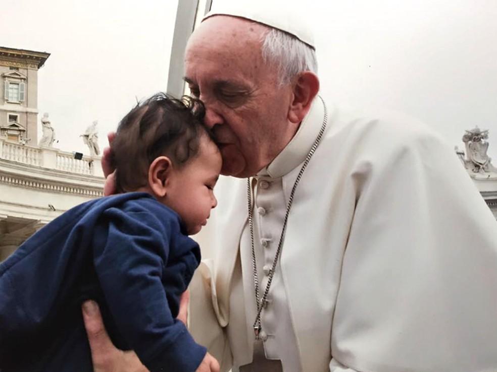 Em 2015, Felipe foi uma das três crianças escolhidas para serem abençoadas pelo pontífice em uma cerimônia no Vaticano — Foto: Vaticano/Divulgação
