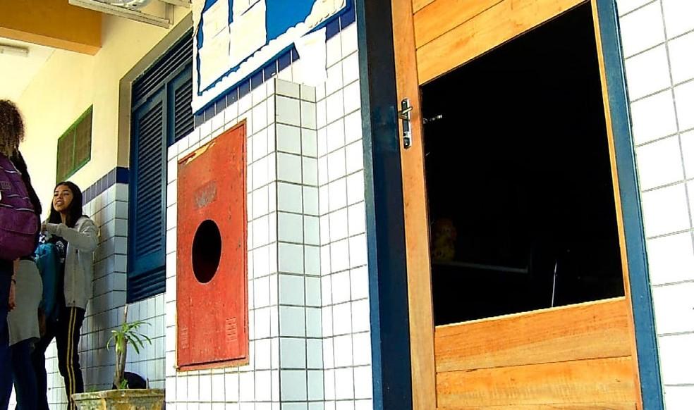 Escola Augusto Severo está danificada desde os primeiros roubos. Travas quebradas, janela faltando e buracos no meio das portas deixam o prédio ainda mais vulnerável — Foto: Reprodução/Inter TV Cabugi