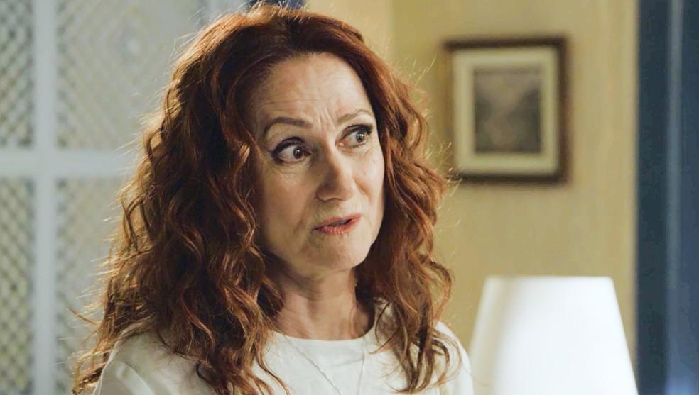 Milu (Zezé Polessa) quer saber o que Luz (Marina Ruy Barbosa) viu em bola de cristal, na novela 'O Sétimo Guardião'  — Foto: TV Globo