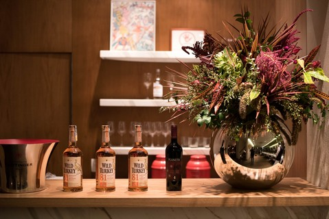 Drinks by Planeta Winery e flores by Bothanica Paulista, com uísque Wild Turkey