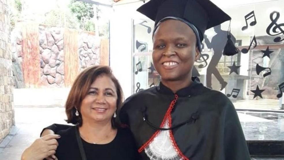 Nadine com sua 'mãe' brasileira, Loide Wanderley, na formatura da faculdade de Direito, onde ganhou bolsa integral — Foto: Arquivo pessoal