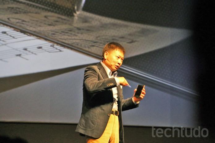Yu usa uma faca para riscar o Ascend P7 com tela de safira  (Foto: Fabrício Vitorino/TechTudo)