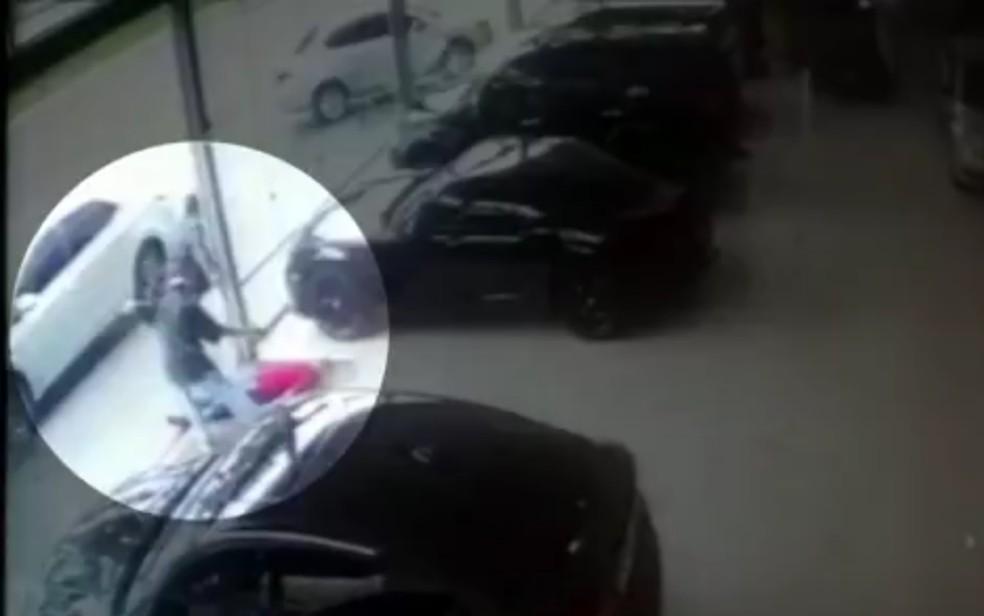Dono de loja de carros e cliente são mortos a tiros em Goiânia, Goiás — Foto: Reprodução/TV Anhanguera