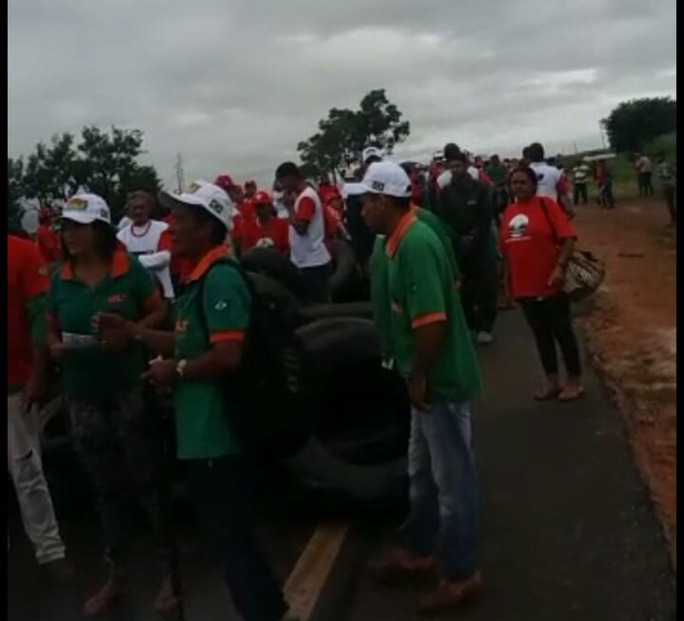 Trabalhadores querem regularização de terras  (Foto: PRF - MT/ Divulgação)