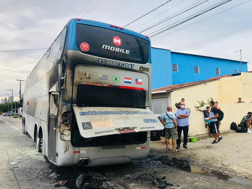 Ônibus do Botafogo pega fogo durante viagem. — Foto: Waléria Assunção/TV Paraíba