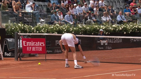 Daniil Medvedev se irrita com deixadinha errada e destrói raquete no Masters 1000 de Roma