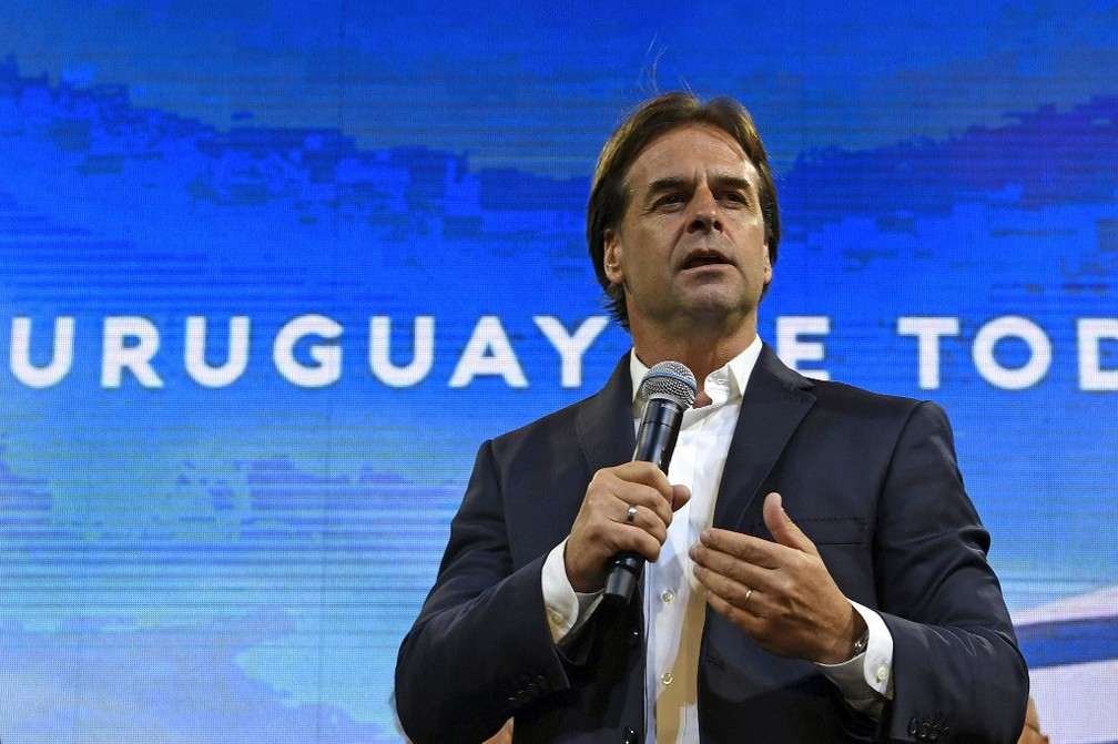 Candidato à presidência do Partido Nacional do Uruguai, Luis Lacalle, discursa para apoiadores no domingo (24)   — Foto: Pablo Porciuncula / AFP