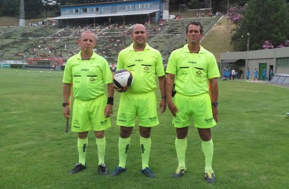 Rodrigo Aguiar (centro) é árbitro central e assistente da LFJF há 15 anos — Foto: Rodrigo Aguiar/Divulgação