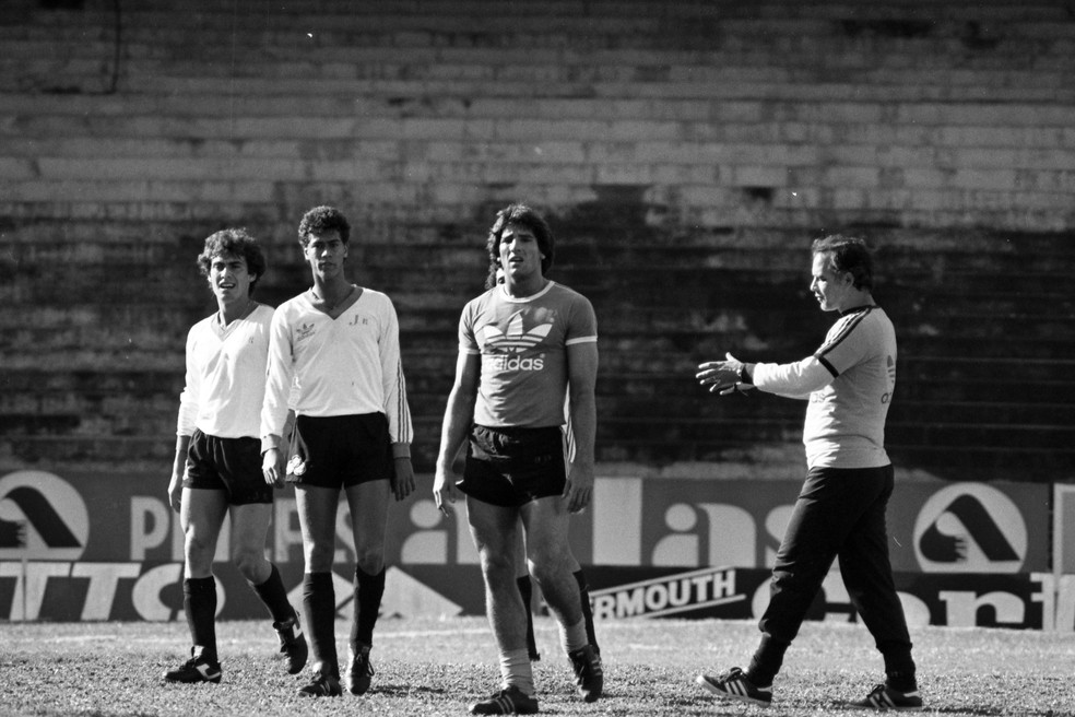 Valdir Espinosa comanda treino do Grêmio na Arena em 1983 — Foto: Rubens Borges / Agência RBS