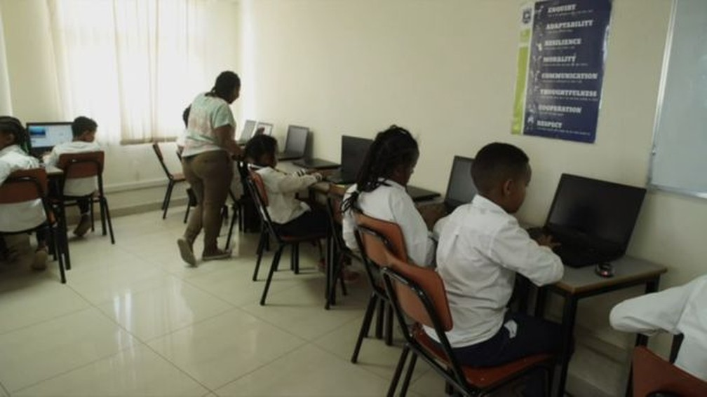 Betelhem Dessie dá aula de programação para jovens em idade escolar — Foto: Bright Sparks/BBC