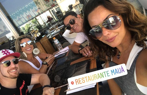 Viviane Araújo almoçando com amigos no Rio (Foto: Reprodução/Instagram)