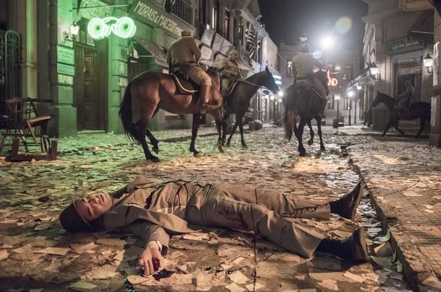 Carlos (Danilo Mesquita) é baleado em 'Éramos seis' (Foto: Camilla Maia/TV Globo)