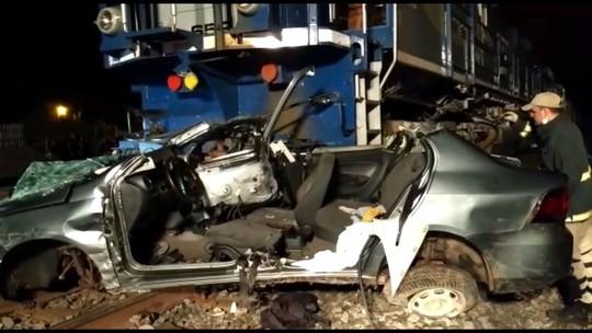 Carro é arrastado por 300 metros ao ser atingido por trem em Sarandi